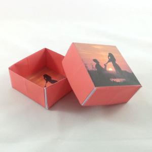 Faltvorlage für eine rote Geschenkschachtel mit eigenem Foto. Inklusive Bastelanleitung